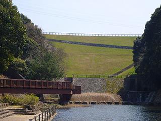 その前の日本一は何世紀かに渡って満濃池だろうか