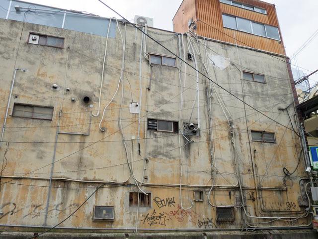 エアコン配管観察初心者にオススメなのは、雑居ビルの裏側。あまり人目にさらされない部分のためか、大胆な配管が多い。特に、解体されたビルに隣接していた壁面なんてのは、最高の観察ポイントだ