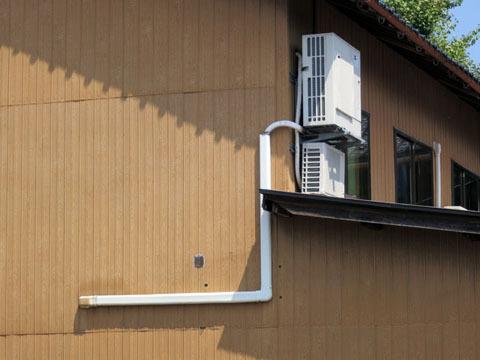 まず1枚目。屋根の部分に室外機があって、家を回り込むように配管が設置されている