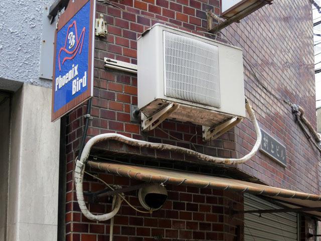 装飾テントに行く手を阻まれ、迂回して穴に向かうエアコン配管