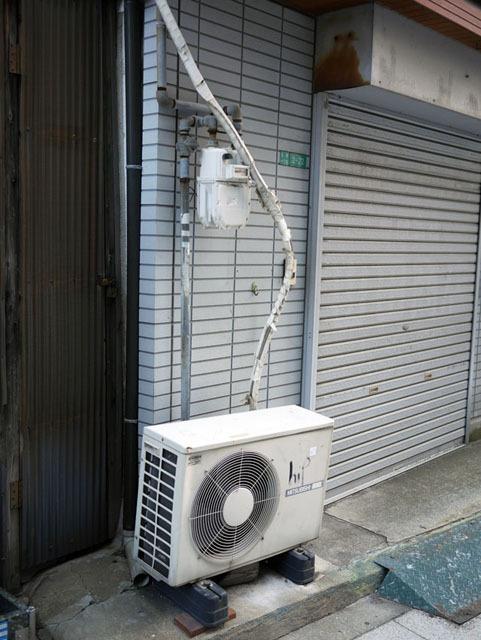 ガス管とガスメータがあって、迂回を強いられるエアコン配管。ちゃんと迂回できてないのは、ガス管に対する抵抗心の表れだろうか