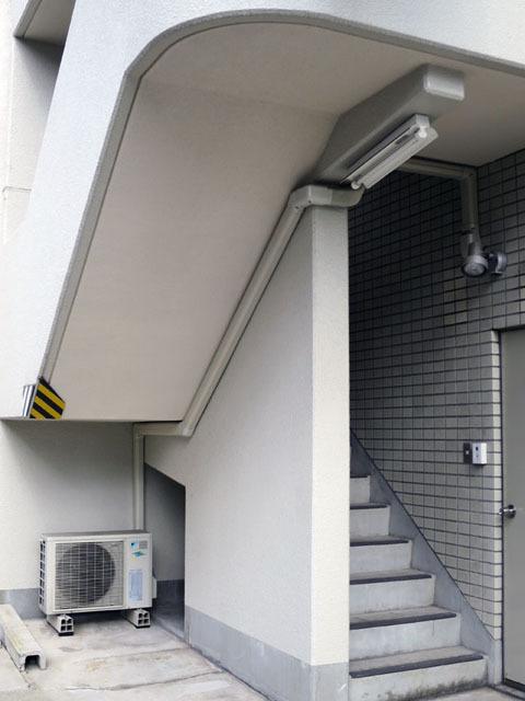 流線型のエアコン配管。階段の斜めラインに配管を揃える辺りに、強いこだわりを感じる