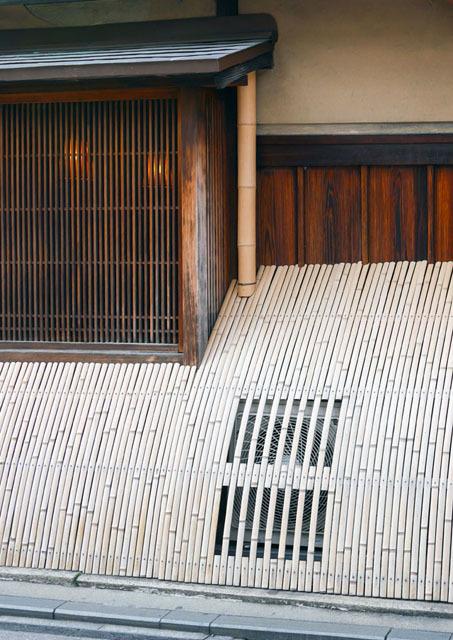 京都祇園では、いかにも京都らしい佇まい。エアコン配管は、垂直に伸びる竹の中を通っている