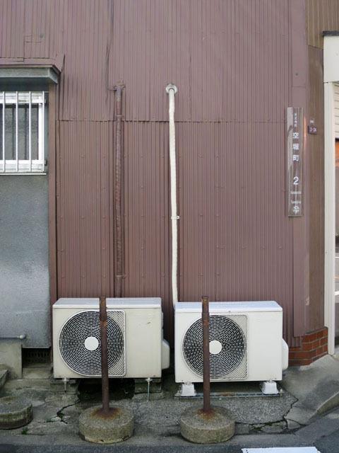 オッドアイのようなエアコン配管。左の配管は茶色に塗られているのに、右の配管は白いまま。こだわってるのか、こだわってないのか、どっちなんだい