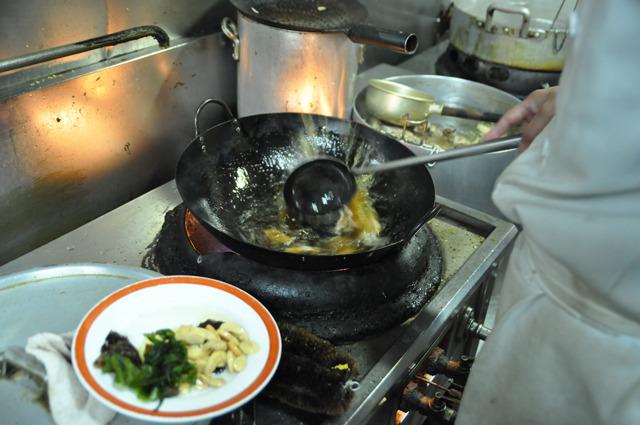 中華鍋で具材に油通し