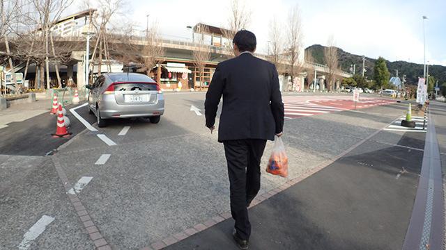 「では次行きましょうか」(澤村さんはいつの間にかみかんを買っていた)。
