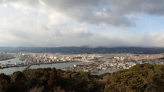 町が完全に山に囲まれているのだ。