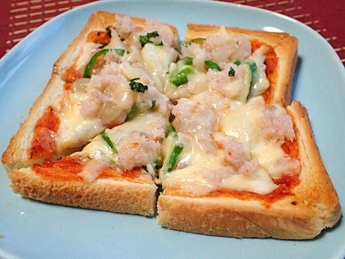 カニ缶たっぷりの「スペシャル・シーフード」風ピザトースト。