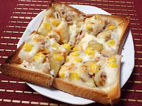 お惣菜のポテトフライと市販のホワイトソースを使った「アイダホ風ほっくりポテマヨ」。トマト味じゃないピザもうまいねー。