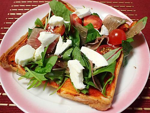 トマトソースを塗って焼いてから具を並べた「プロシュート&ルーコラ」。サラダ感覚の後乗せフレッシュピザ!