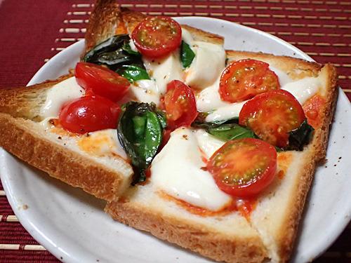 超定番の「マルゲリータ」。贅沢にモッツァレラチーズとフレッシュバジルを使うことで、ピザトーストが別次元の味となった。