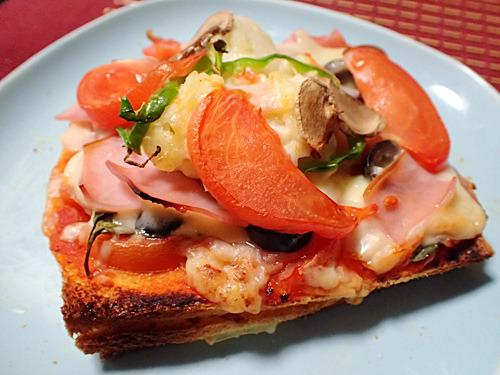 やりすぎなんだよとみんなから酷評された主催者のピザ。カラオケボックスにありそうではある。