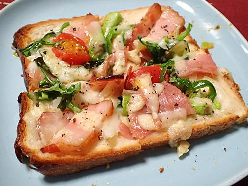 朝ごはんに食べたいベーコンと野菜のドレッシングピザ。