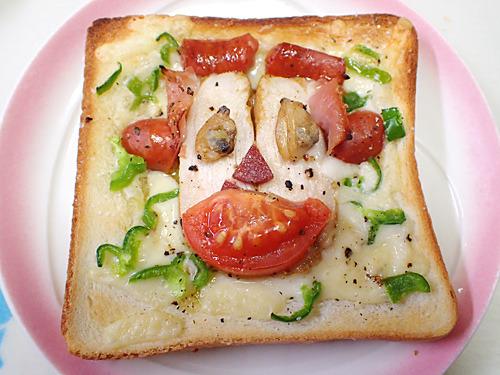 今年の干支をイメージしたというサルピザ。キャラ弁ならぬキャラピザだ。