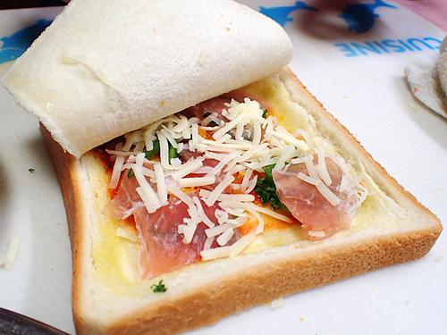 ハンドトスタイプのピザをクリスピーなサンドイッチ用パンで隠して、その上からさらにトッピングという荒業も。