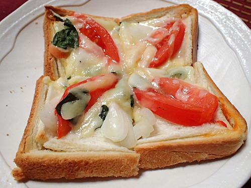 一見シンプルだけど実は具だくさん、マルサ逃れの隠し財産ピザ。よく思いつくな。