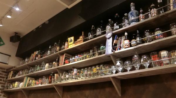 海外のロゴのグラスがずらりと並ぶ。店内はにぎやかながらも大人の雰囲気が漂う。