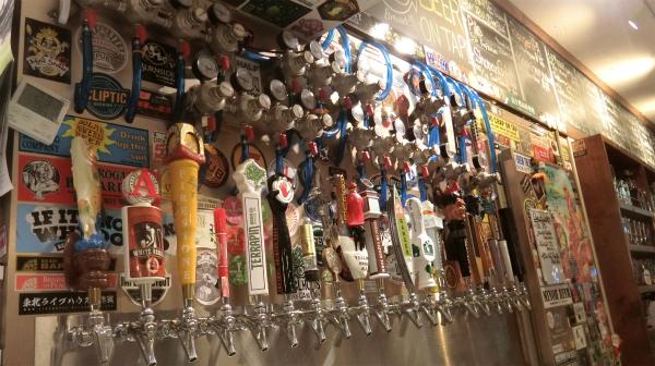 無数にあるビールサーバー。ここから直接飲みたいと思ったのは秘密。