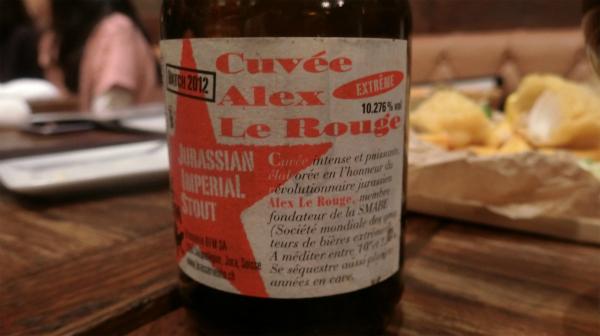 例えば、「キュベ・アレックス・ル・ルージュ」というバニラビーンズ、アールグレイ茶葉、黒コショウが入ったビール。まるでブランデーのような香りが楽しめるビール。