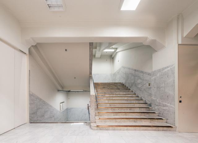 まずはこちら。まるで額に納められた一幅の絵画のような階段室。