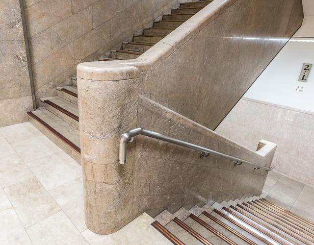 この階段室はターン部分の柱の存在感がポイントだ。