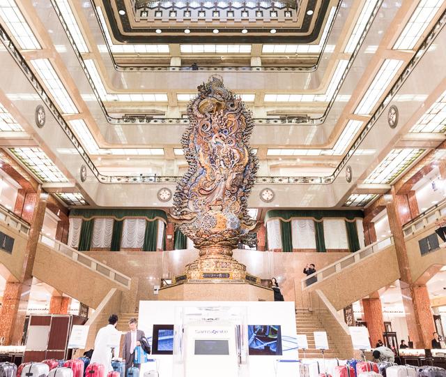 フロアの真ん中、天女の像もすごいか、吹き抜けの1階と2階をつなぐ階段がすばらしい。三越本店の階段へのこだわりの証明だ。