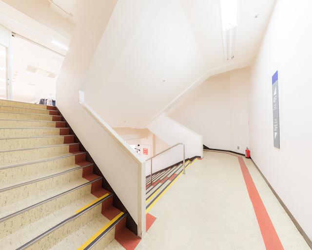 思い出の階段。東武百貨店 船橋店。三越のもののように豪華ではないが、ぼくにとっては最高の階段室である。