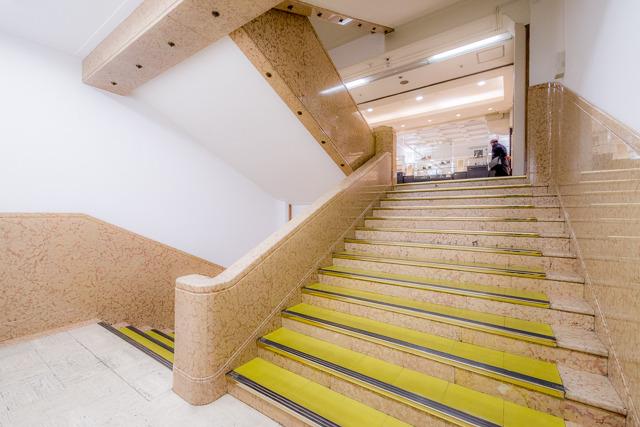 三越と比べると、どこか女性的な雰囲気のある階段室。いいね。
