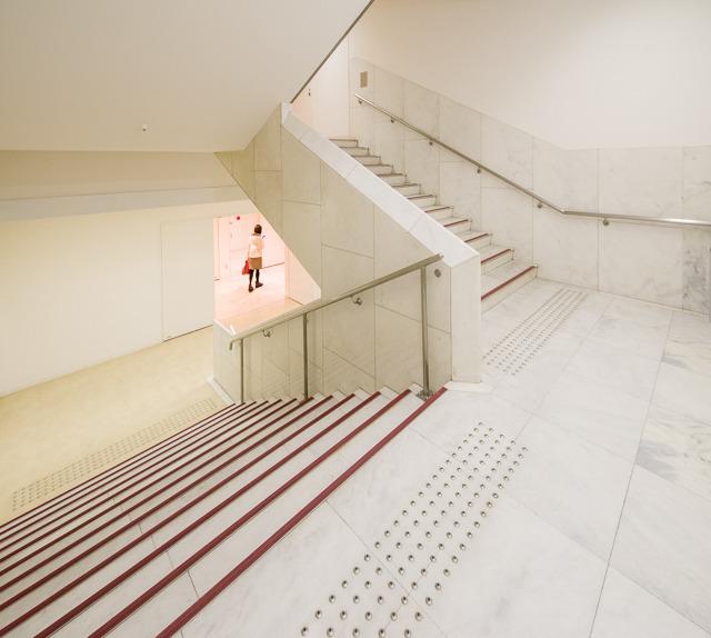 階段室はこのひとつだけ。しかも日本橋を見てしまったあとだとやや物足りなく映る。が、じっと見ていると、やはりそれなりの気合いが感じられる。ええ、じっと見てたんです。