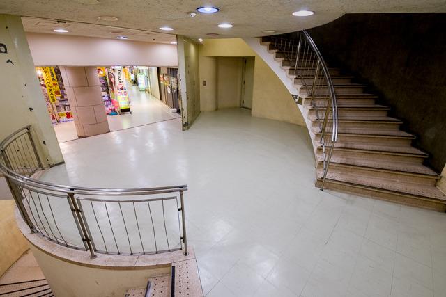 まさに「階段室」としか言いようのない、階段のためだけのぽっかり空間。すてきだ。