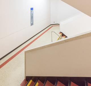 今気がついたんだけど、今回紹介したものの中では、思い出の船橋東武の階段とパレスサイドビルの階段の2つだけが、折り返し階段を2つ横に並べた形式(名前なんていうんだろう?)だった。この形式、すき。