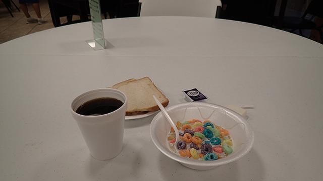 翌日の朝食。泊めてもらっただけラッキーなので特に言うことはないです。