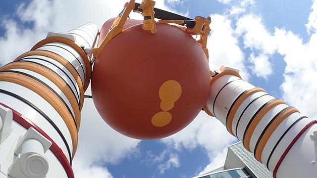 これはスペースシャトルの燃料タンク。見上げすぎて肩がこるくらい一つ一つがでかい。