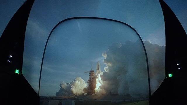 ものすごい音でスペースシャトルが飛び立っていくと