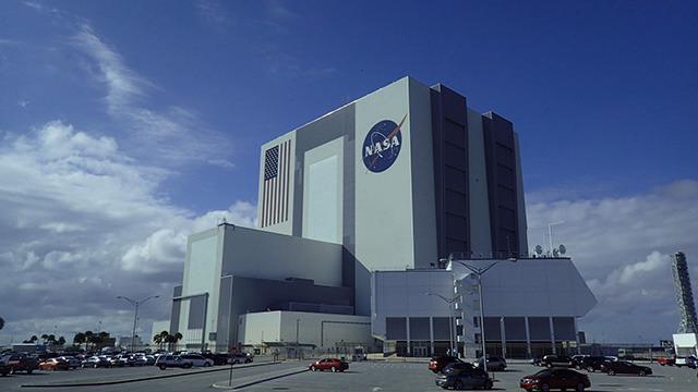 スペースシャトルが組み立てられた建物。この建物、なんと一階建て。一階建てビルとしては世界最大なのだとか。