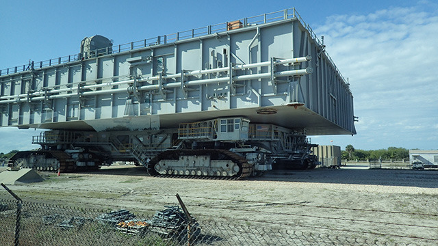 この建物みたいな車がスペースシャトルを載せて走るための専用道路でした。