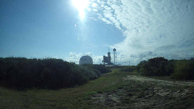 遠くに見えるのが実際にアポロを打ち上げた発射台。
