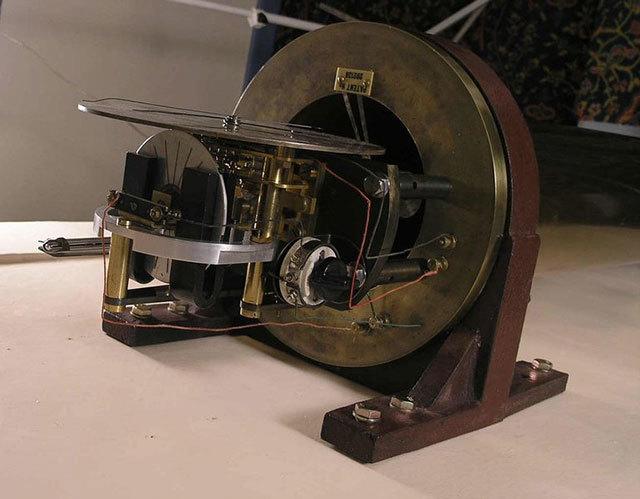 標準時間を刻むために1923年に作られたマスタークロック。温度補正された減圧室内で動作する振り子をリファレンスにしてモータ駆動を制御するタイプ。この分野は原子時計が発明される50年代まで日進月歩が続く。(ユキノシバリ)