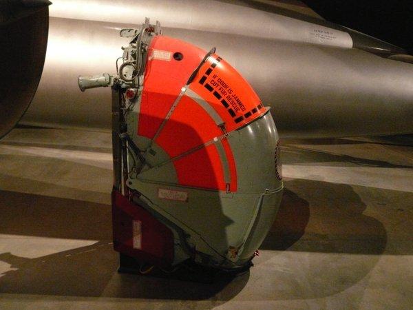 F-58ハスラーの射出座席。高速高高度での脱出のために、パイロットをシャッターで覆ってから射出する。(松浦晋也)