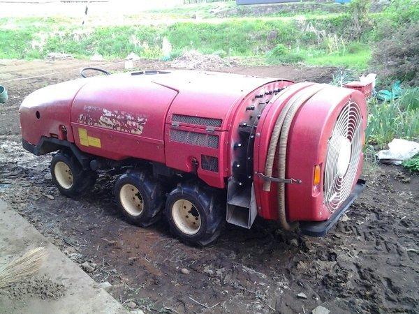 「スピードスプレーヤー」。まるでジェットエンジンで走る車の様に見えるけど、果樹園などで効率的に農薬を散布する為の農業機械。(揚げ物)