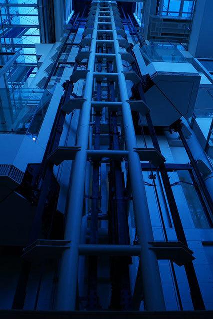 オアシスひろば21のエレベーター。ここだけ妙にSFっぽい。サイバーな感じを出すためにホワイトバランス青目に撮った。(Akihito)