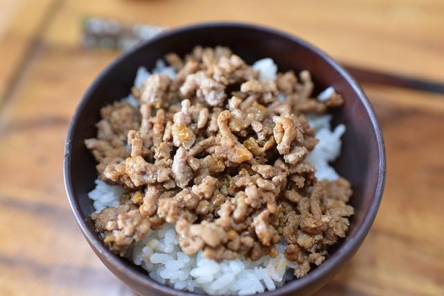 なお、No.1フェイバリット丼は、特売品の安い鶏ひき肉を醤油で炒めラー油をたらした、「そぼろ丼」。シンプルかつ貧乏くさいこの味が子どもの頃から大好きなのだ