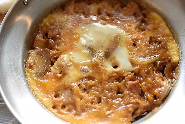 親子丼の卵は半熟ではなく固めに焼くとおにぎりにのっけやすい