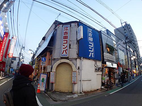 「昔はコンパっていう形態の店がたくさんあったんだよ。残っているのはここだけかなー」と、風俗史に詳しい安田さんの解説を聞きながら店へと向かう。