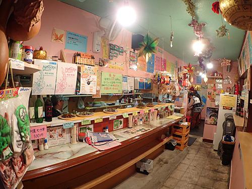 壁がピンク!写真を白黒にしたら普通の立ち飲み屋に見えるかもね。