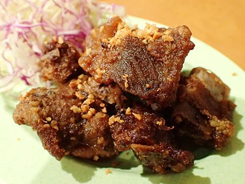 タイの醤油を使った甘い味付けのスペアリブ。