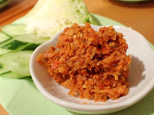 おにぎりよりもさらに辛いというナンピッパヤン。鮭(本来は別の魚)と唐辛子を和えたタイの常備菜的なものだそうです。