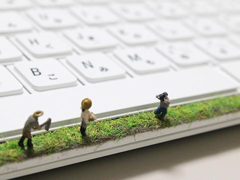 スペースキー前で農作業するフィギュアと、それを撮影する人フィギュア。