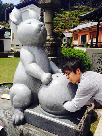 かと思えば、かなりポップな(そしてでかい)ウサギがいたりする。(京都宇治・三室戸寺)