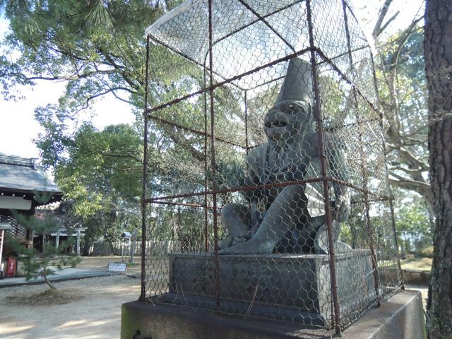 今年は狛猿。(京都七条・新日吉(いまひえ)神社) この猿は夜な夜な動き出すので囲いがされている、とのこと。